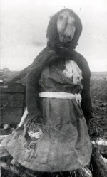 Høstpigerne, som den der ses på billedet, blev sat uden for gårdene i høsttiden og havde gerne et skæmtende brev på sig. Naboerne satte høstpigerne op om natten ved de gårde,hvor man var bagud med indhøstningen. Foto: Andreas Madsen, 1908